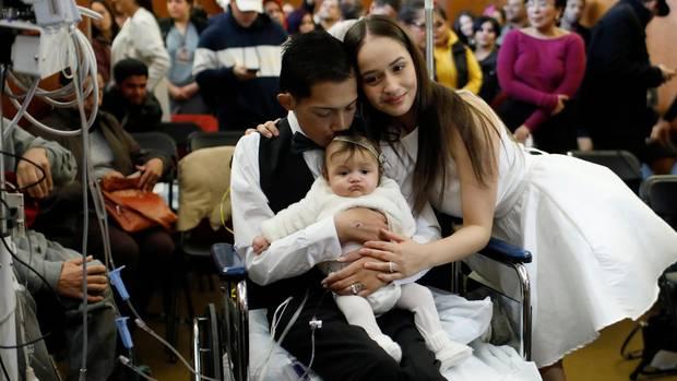Bräutigam Javier Rodriguez hält seine vier Monate alte Tochter Leia