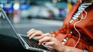Eine Frau am Laptop als Symbolfoto für den Google Jahresrückblick