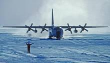 Ski am Fahrwerk: Für Versorgungsflüge von Forschungsstationen in denPolaregionen wurden einige Herkules umgerüstet, um auf Schneepisten zu landen.