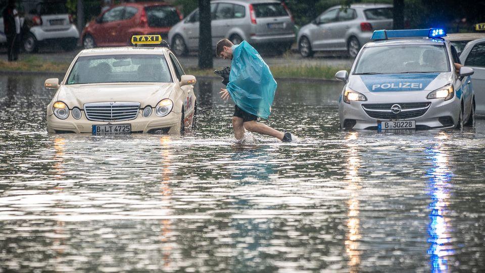 Berlin: Ein Mann geht über die überflutete Tiergartenstraße in Berlin Mitte