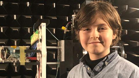 neunjährige Laurent Simons steht vor einer Antenne