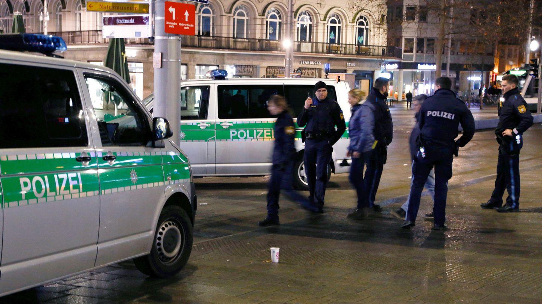 Polizisten stehen am Augsburger Königsplatz am Tatort