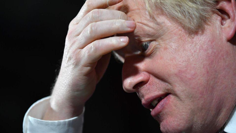 Boris Johnson fasst sich an den Kopf