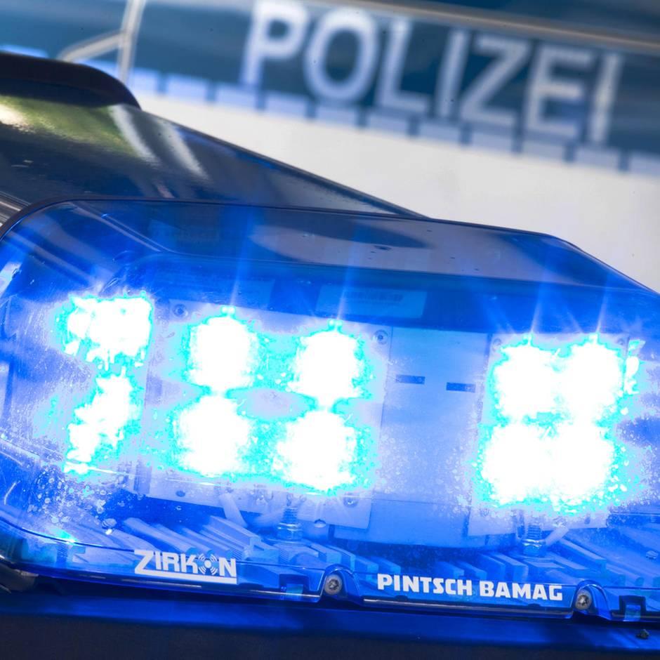 Nachrichten aus Deutschland: Männer schlagen Postbotin nieder, klauen ihr Auto und liefern sich wilde Verfolgungsjagd mit Polizei
