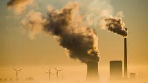 Niedersachsen, Hohenhameln: Das Kohlekraftwerk Mehrum und Windräder