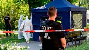 Kleiner Tiergarten in Berlin, kurz nach der Mord an dem Georgier im August:Polizeikräfte sichern in einem Faltpavillon Spuren.