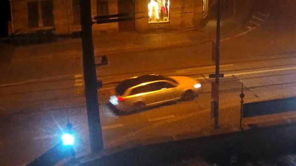 Das Fluchtauto fährt auf einer Straße