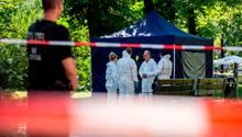 Beamte der Spurensicherung sichern in einem Faltpavillon Spuren am Tatort