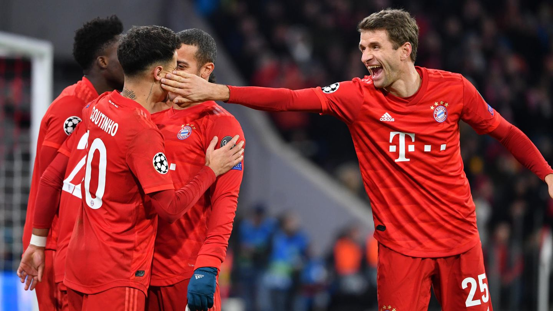 Thomas Müller (r) von den Bayern gibt dem Torschützen zum 3:1, Philippe Coutinho (2.v.l.) lachend einen Klaps