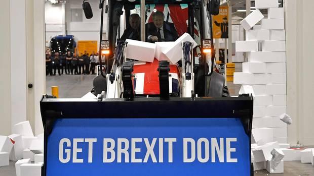 Boris Johnson räumt mit einem Radlader Hindernisse zur Seite