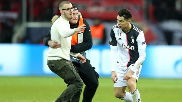 Ein Flitzer versucht in der BayArena Cristiano Ronald zu umarmen, ein Ordern kann es gerade noch verhindern