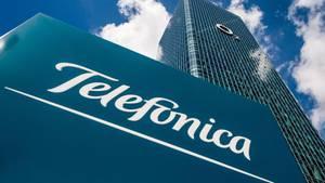 Das Logo des Telekommunikationsanbieters Telefonica ist auf einem Schild vor dem O2-Uptown-Hochhaus zu sehen