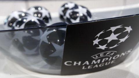UEFA Champions League: Loskugeln liegen in einer Glasschüssel