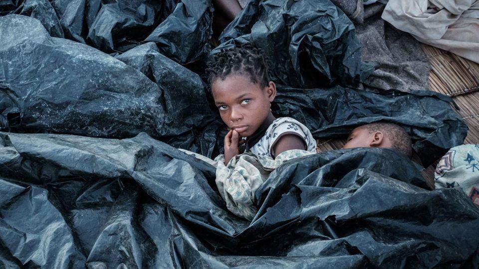 """Mosambik nach Zyklon """"Idai"""" - Hilfe - Zwei Mädchen unter Plastikplanen"""