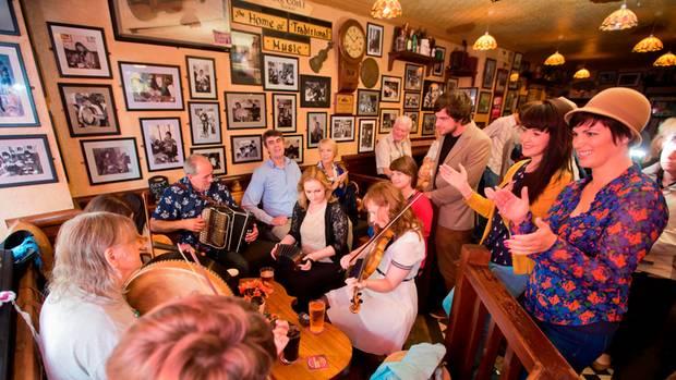 Besucher eines Pubs musizieren gemeinsam. Es wird behauptet, Galway sei die jugendlichste, freundlichste und musischste Stadt des Landes