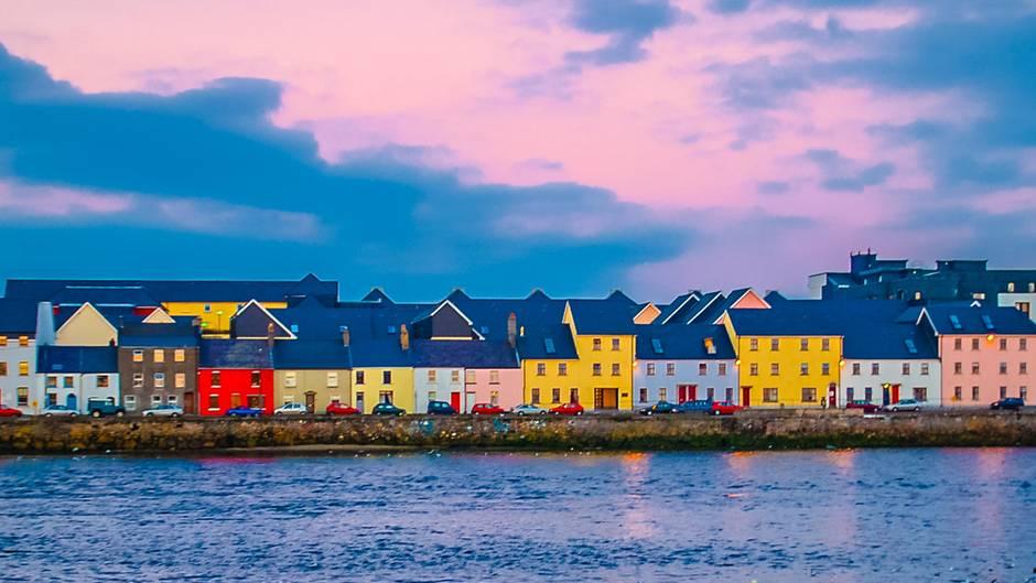 Blick vonCladdagh über den Hafen zur Altstadt von Galway, der Kulturhauptstadt des Jahres 2020.