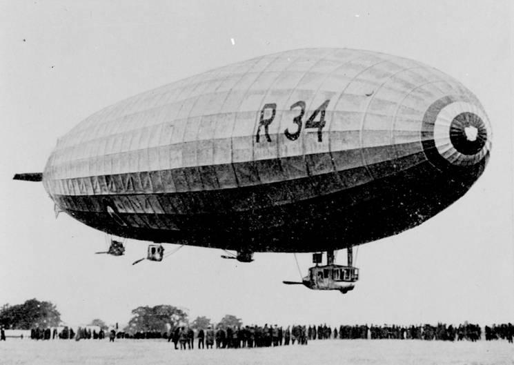 Der erste Nonstop-Transatlantikflug in Ost-West-Richtungüberhaupt gelang dem britischen Luftschiff R 34. Das196 Meter lange Starrluftschiff war ein Nachbau des im Ersten Weltkrieg in England erbeuteten notgelandeten deutschen Kriegszeppelin L 33 und startete am 2. Juli 1919 in Schottland.