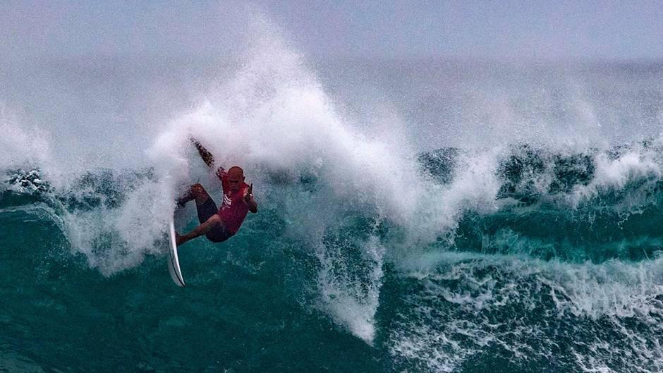 Auf dem Kamm einer brechenden Welle zeiht Surf-Profi Kelly Slater einen Bogen