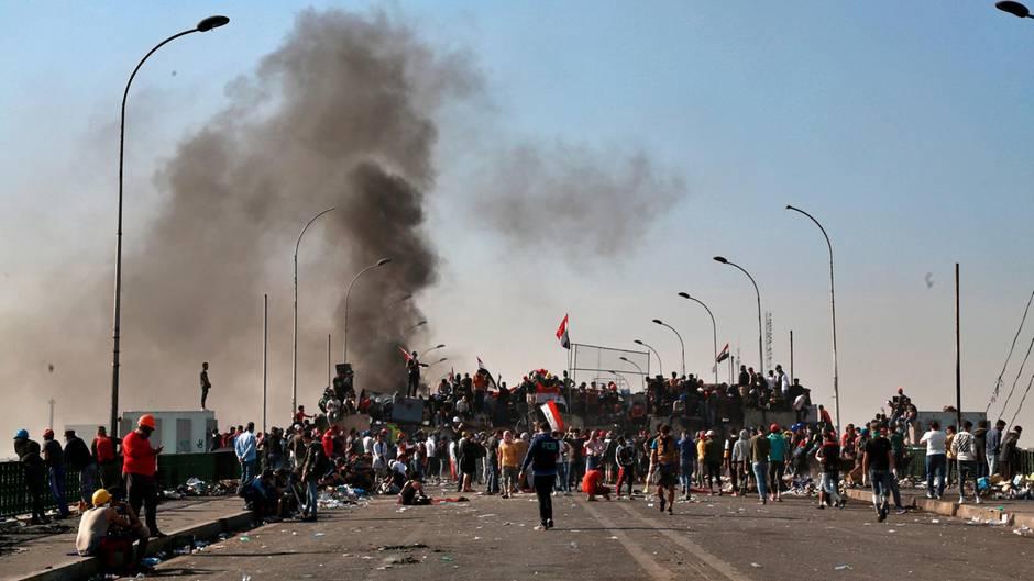 Regierungskritische Demonstranten versammeln sich auf der Sinak Brücke