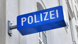 Nachrichten aus Deutschland: Eingang zu einer Polizeiwache mit Schild