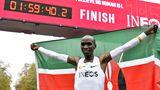 Eliud Kipchoge hat Sportgeschichte geschrieben: Als erster Mensch der Welt lief der Kenianer am 12. Oktober in Wien einen Marathon in weniger als zwei Stunden. Er benötigete exakt 1:59:40 Stunden. Zugegeben: Der Lauf war kein Wettkampf, sondern fand quasi unter Laborbedingungen stattund hatte nur den Rekord als Ziel. Deshalb gilt die Zeit auch nicht als Weltrekord.