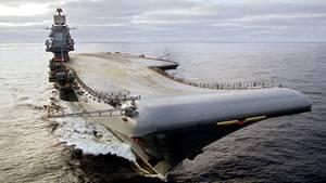 Der Flugzeugträger Adrimal Kusnezow während eines Manövera im Jahr 2004