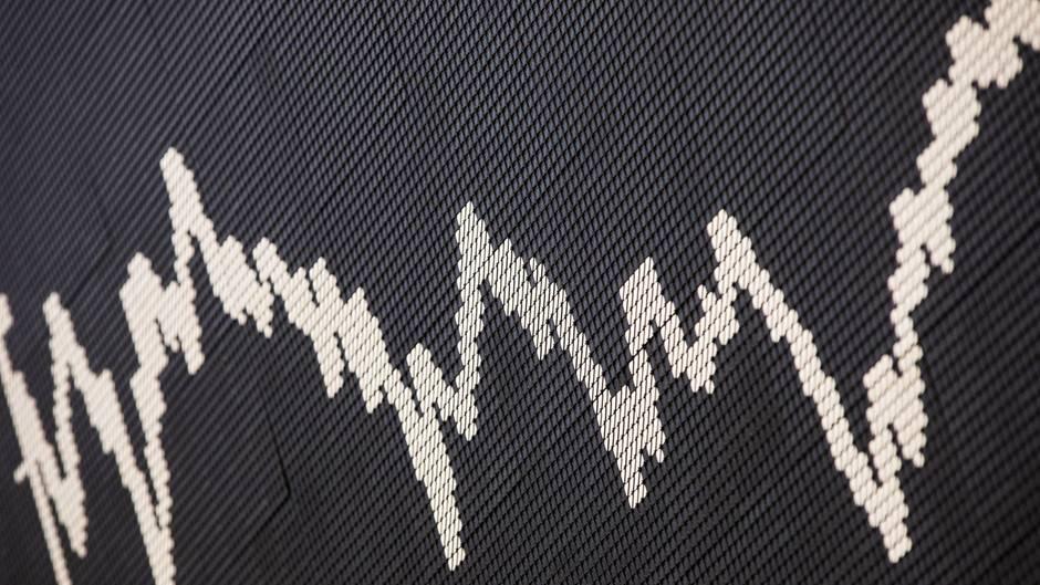 Auf schwarzem Hintergrund ist eine weiße Dax-Kurve zu sehen, die sich über den Hintergrund mäandert