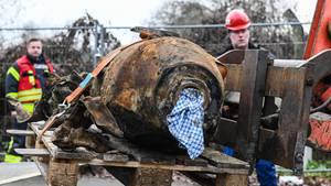 Oranienburg, Deutschland. Der Kampfmittelbeseitigungsdienst hat eine Weltkriegsbombe mit chemischem Langzeitzünder unschädlich gemacht und transportiert die unerwünschten Kriegsspuren ab