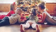 Kinder unter dem Weihnachtsbaum