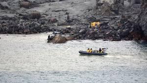 Dieses Foto der neuseeländischen Armee zeigt einen Teil der Bergungsaktion für die Toten des Vulkanausbruchs auf White Island