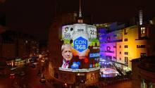 Ein Bildschirm in London zeigt die ersten Wahlergebnisse