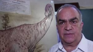 Argentinischer Fossilienforscher mit Zeichnung der neu entdeckten Dinosaurierart Nullotitan Glaciaris