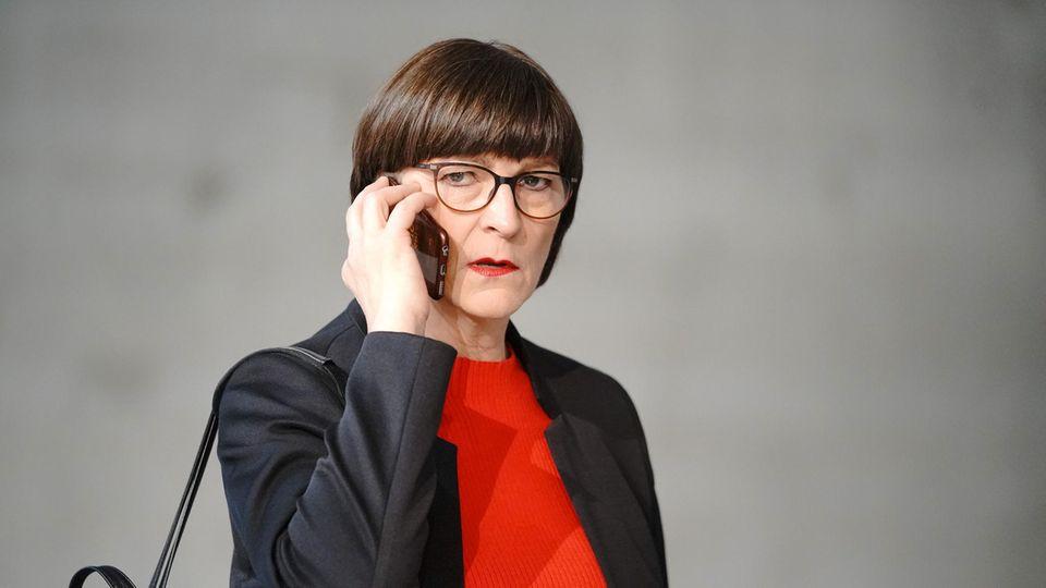 Saskia Esken, Bundesvorsitzende der SPD, telefoniert beim Bundesparteitag