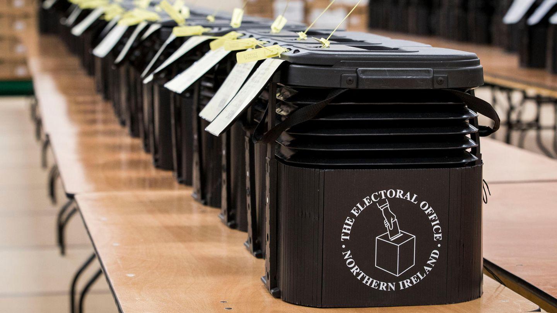Großbritannien: Wahlurnen warten darauf auf einen Lastwagen verladen zu werden