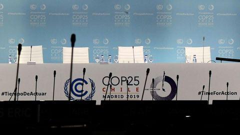 Leere Stuhlreihen vor dem Podium bei der 25. Weltklimakonferenz in Madrid