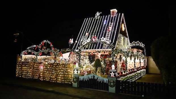 Es wird in der Delmenhorster Brechtstraße seit dem 1. Advent von insgesamt 60.000 Lichtern erhellt.