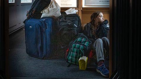 Die schwedische Klimaaktivistin Greta Thunberg in einer offenbar überfüllten Deutschen Bahn