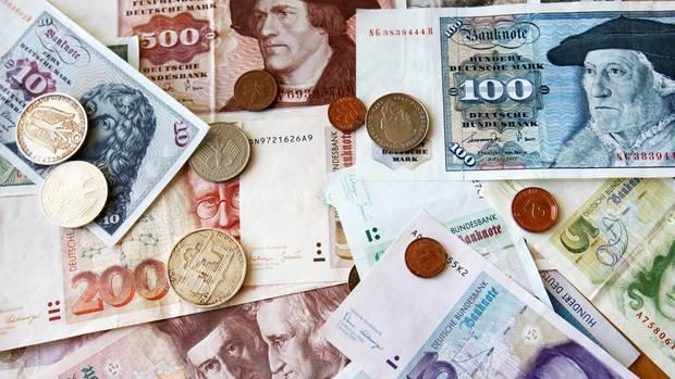 Scheine und Münzen im Gesamtwert von 12,46 Milliarden Mark waren laut Bundesbank Ende November noch nicht in Euro umgetauscht