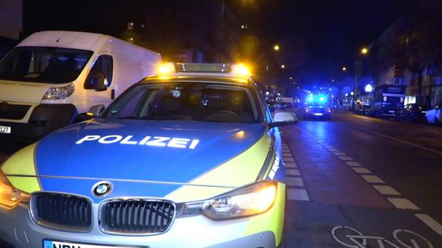 In einer brennenden Wohnung in Köln-Kalk haben Rettungskräfte am Samstagabend einen leblosen Mann gefunden.
