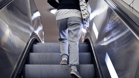 Ein junger Mensch trägt einen Jogginghose in der Öffentlichkeit