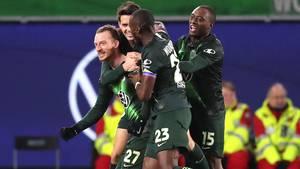 Maxi Arnold vom VfL Wolfsburg lässt sich für seinen Last-Minute-Siegtreffer gegen Borussia Mönchengladbach feiern