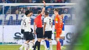Schiedsrichter Felix Zwayer zeigt Schalke--Keeper Nübel die rote Karte nach dessen brutem Foul an Gacinovic