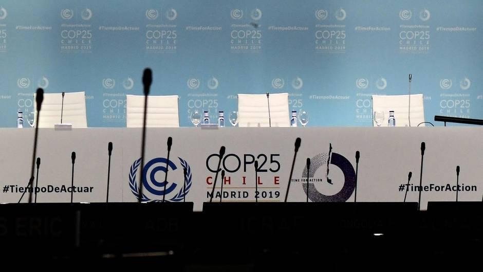 Leere Stuhlreihen vor der Bühne bei der UN-Klimakonferenz in Madrid