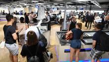 Flugreisende stehen in einer neu errichteten Halle im Terminal 1 des Frankfurter Flughafens an einer Passagierkontrolle