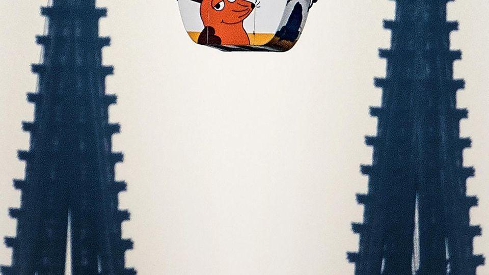 28.03.2019, Nordrhein-Westfalen, Köln: Eine Seilbahngondel der Kölner Seilbahn fährt über den Rhein, im Hintergrund sind die Spitzen des Kölner Doms zu sehen. Nach mehr als anderthalb Jahren Zwangspause fährt die Kölner Seilbahn wieder. Die Seilbahn war...