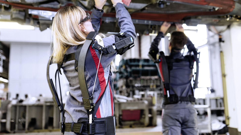 Audi testet Exoskelette für Tätigkeiten im Überkopfbereich.