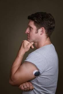 Steiner wurde ein kleiner Sensor in den Oberarm implantiert. Ein Transmitter überträgt die Messwerte aufs Handy.