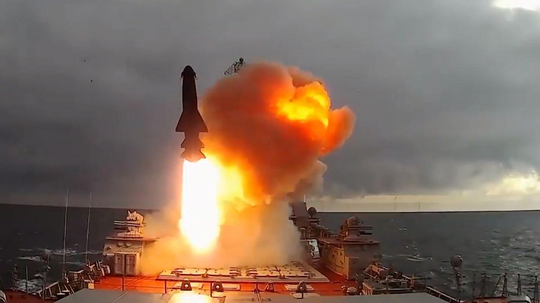 Raketenstart von einem Kreuzer der Kirow-Klasse.