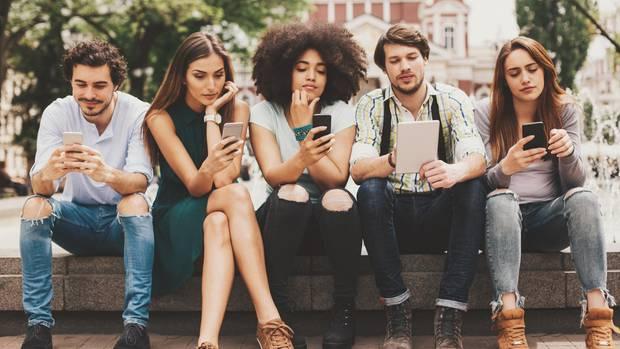 Das Smartphone ist für viele junge Menschen längst nicht mehr wegzudenken (Symbolbild)