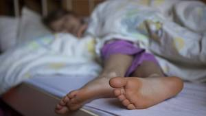 Nachrichten aus Deutschland: Mädchen liegt in einem Bett und schläft